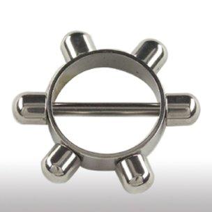 Brust Piercing Stab mit Ring und Verzierungen